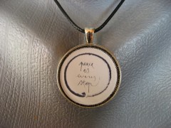 """Pendentif Zen """"Peace is every step"""""""